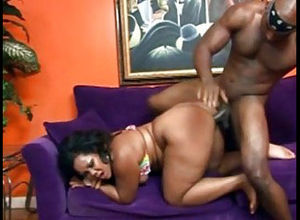 Plump ebony mamma demonstrates bootie..