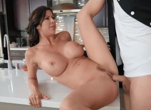 Bare mother entices nubile